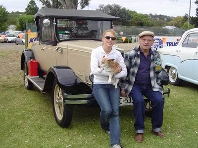 Gerard met kleindochter, Joanne (van Dianne) met Trixie de hond