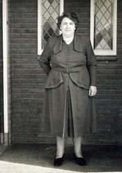 Diets van Eck in 1953 voor huis aan de Steenheuvelsestraat 65 in Leuth